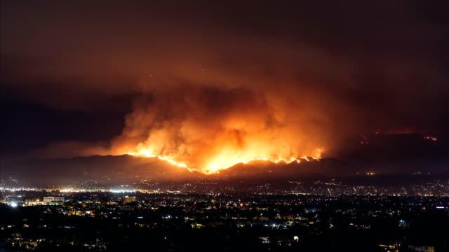 vídeos de stock e filmes b-roll de burbank fire - califórnia