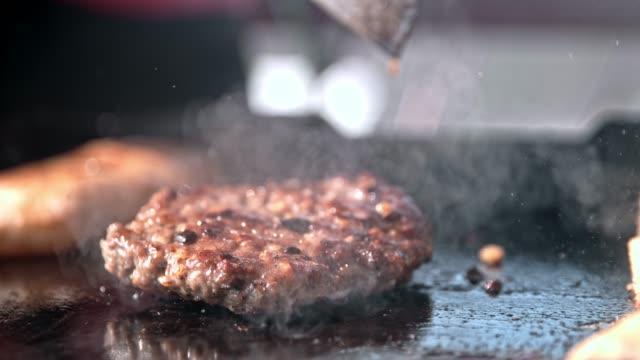 slo mo burger faller på en värmeplatta - hamburgare bildbanksvideor och videomaterial från bakom kulisserna