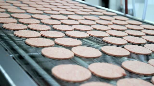 vídeos y material grabado en eventos de stock de hamburguesa de la industria - carne