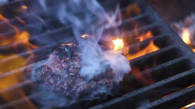 vídeos de stock e filmes b-roll de burger meat falls on the grill - burned cooking