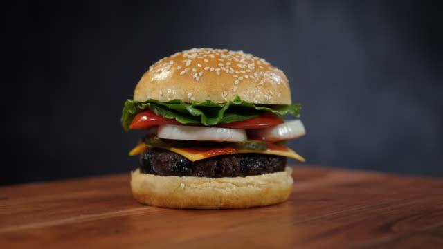 4k: burger roterande-snabbmat/skräpmat - hamburgare bildbanksvideor och videomaterial från bakom kulisserna