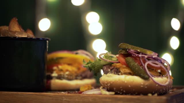 burger set rotera - cheese sandwich bildbanksvideor och videomaterial från bakom kulisserna