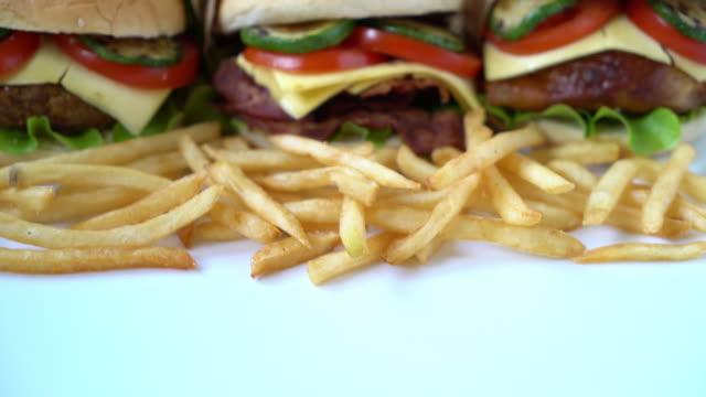гамбургер с картофелем фри - cheeseburger стоковые видео и кадры b-roll