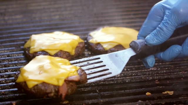 スローモーション:グリルに溶けたチーズとハンバーガー - チーズ 溶ける点の映像素材/bロール