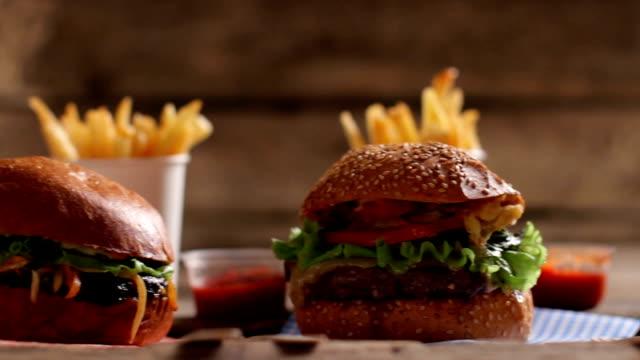 vídeos y material grabado en eventos de stock de hamburguesas con salsa y patatas fritas. - hamburguesa