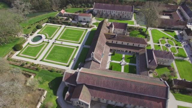 stockvideo's en b-roll-footage met bourgondië, luchtfoto van abbaye de fontenay - klooster