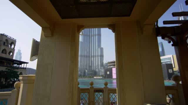 burj khalifa von der souk al bahar brücke in dubai aus gesehen - wahrzeichen stock-videos und b-roll-filmmaterial