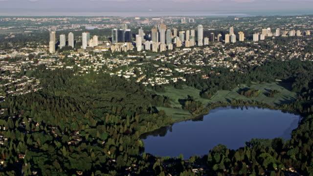 luftbild stadt burnaby, östlich von vancouver, kanada - britisch kolumbien stock-videos und b-roll-filmmaterial