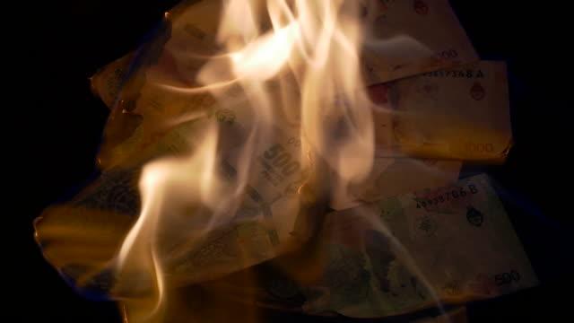 vídeos y material grabado en eventos de stock de quema de billetes de 500 y 1000 pesos argentinos - recesión