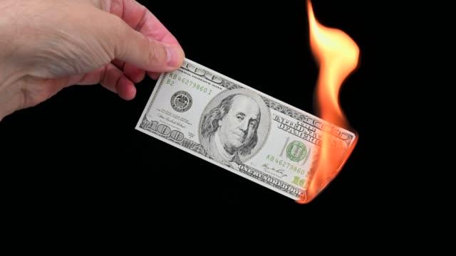 burning a $100 bill - потеря стоковые видео и кадры b-roll