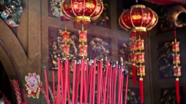 stockvideo's en b-roll-footage met brandende grote rode wierook in de chinese tempel - klooster