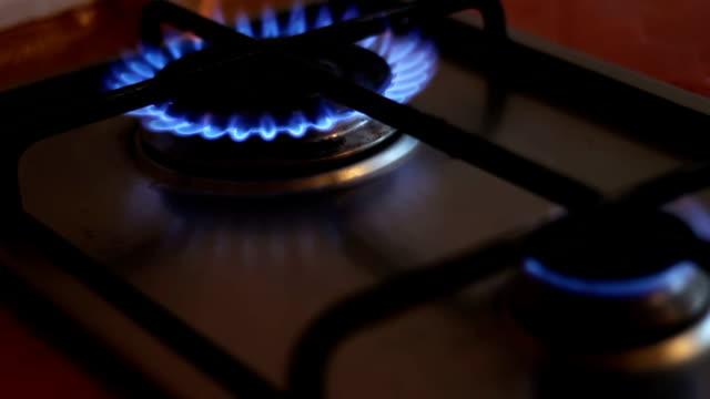 vídeos de stock e filmes b-roll de burning blue flames of a gas stove - inflamável