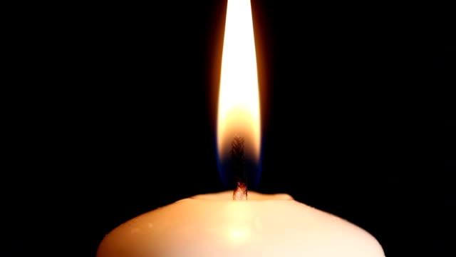 vidéos et rushes de brûler des bougies coup va-gros plan - absence
