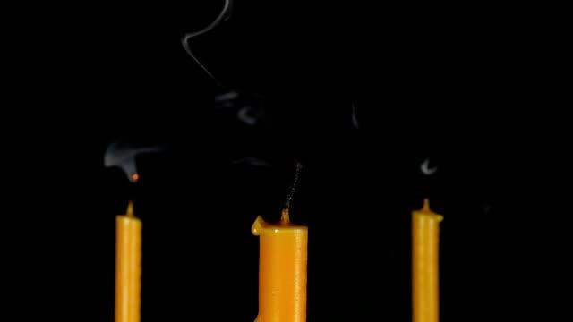 brinnande ljus med svart bakgrund. - släcka bildbanksvideor och videomaterial från bakom kulisserna