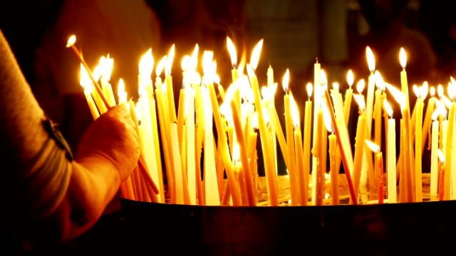 brinnande ljus i heliga gravens kyrka - ljus på grav bildbanksvideor och videomaterial från bakom kulisserna