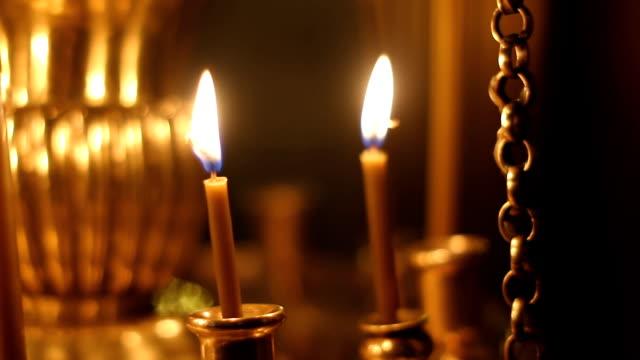 горящими свечами в церкви - ветхий завет стоковые видео и кадры b-roll