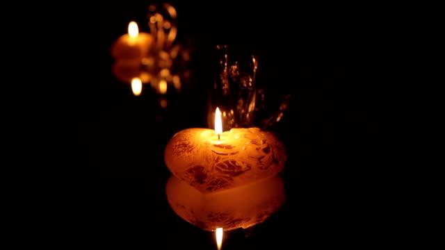 Velas encendidas en la oscuridad delante del espejo - vídeo
