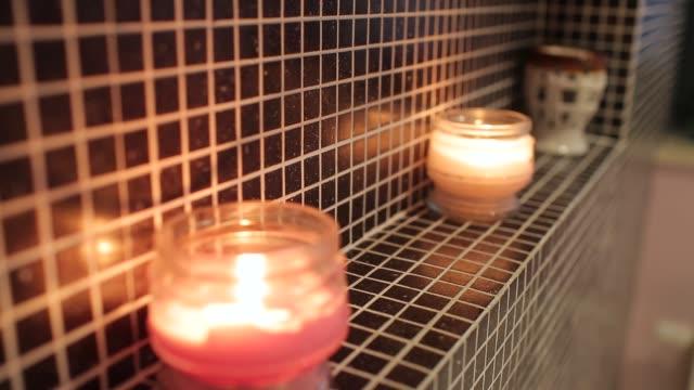 spa salonda yanan mumlar - kokulu stok videoları ve detay görüntü çekimi