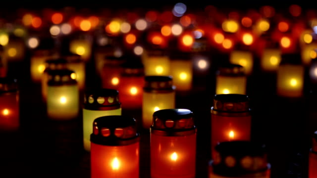 stockvideo's en b-roll-footage met brandende kaarsen verlicht in het geheugen van de overledene - funeral crying