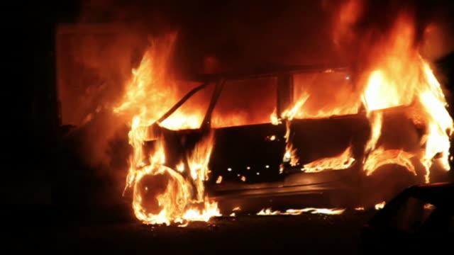 bruciare auto a notte - ribellione video stock e b–roll
