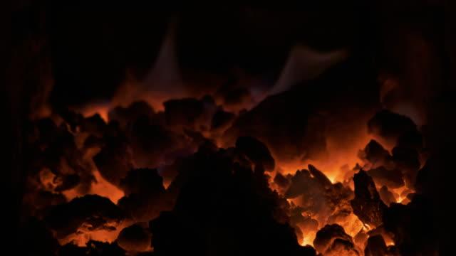 Brûler du charbon dans la cuisinière. Charbon vivant, braises, charbons brillants, fond abstrait. - Vidéo