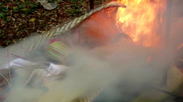burning 古い身体をフューネラルバリ(インドネシア、バリ) - ネパール人点の映像素材/bロール