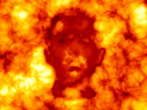 vídeos de stock, filmes e b-roll de rosto em chamas - inferno fogo