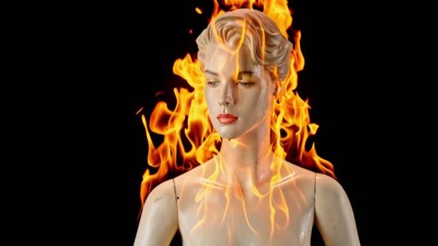 vidéos et rushes de mannequin femme slo mo burning - mannequin