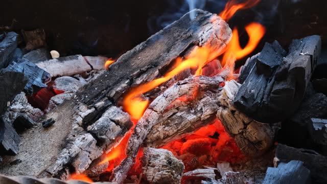 şömine de yanan yangın closeup - şömine odunu stok videoları ve detay görüntü çekimi