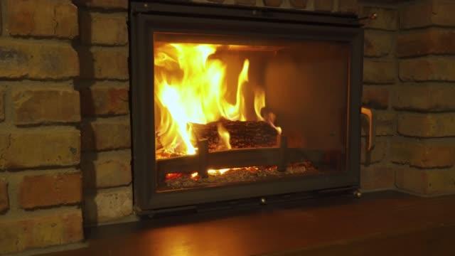 燃える暖炉 - 夜に暖かい石の暖炉で輝く火 - 石垣点の映像素材/bロール