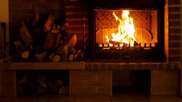 горящий камин. справочная информация для оформления новогодних поздравлений или рождества. - уютный стоковые видео и кадры b-roll