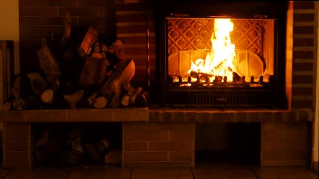 vídeos de stock e filmes b-roll de burning fireplace. - lareira