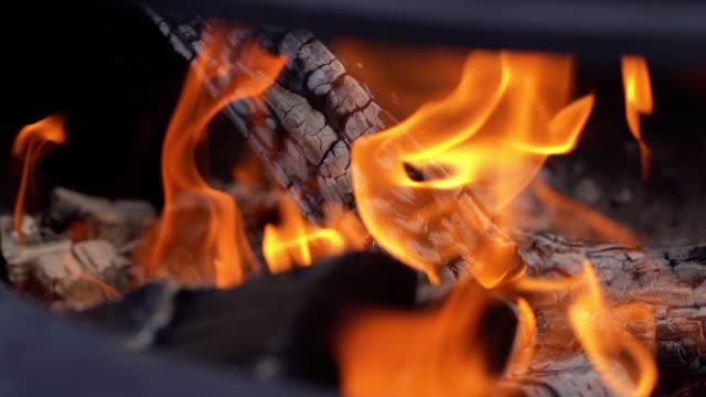 temiz havada metalik ızgarada yakacak odun yakma, yakın çekim - şömine odunu stok videoları ve detay görüntü çekimi