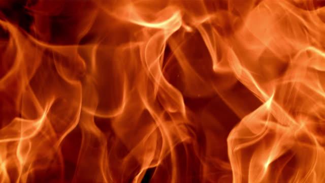vídeos de stock, filmes e b-roll de slo mo ardente chama na reprodução reversa - inferno fogo