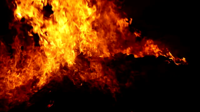 burning funeral pyre of dead person - cadavere video stock e b–roll