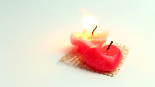 HD: Brûler des bougies en forme de coeur et rose. - Vidéo