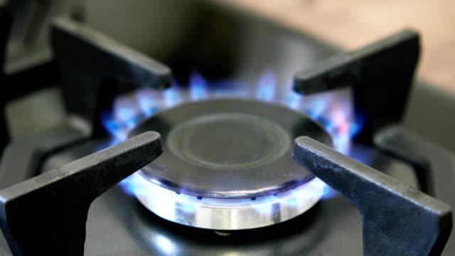 ガスバーナーの上には、天然ガスを燃焼します。 - 気体点の映像素材/bロール