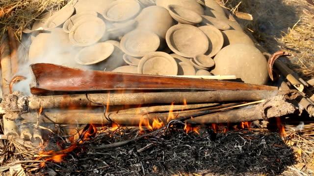 burning of clay pot - halmslöjd bildbanksvideor och videomaterial från bakom kulisserna