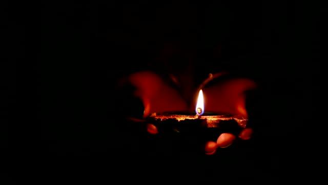 Lâmpada ardente do óleo na noite - vídeo