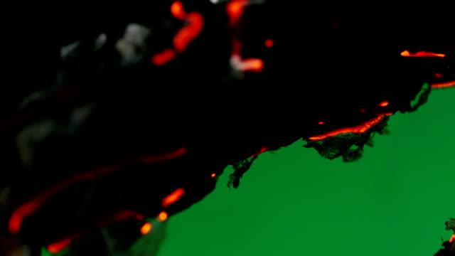 vídeos de stock e filmes b-roll de papel ardido. tela verde. - amarrotado