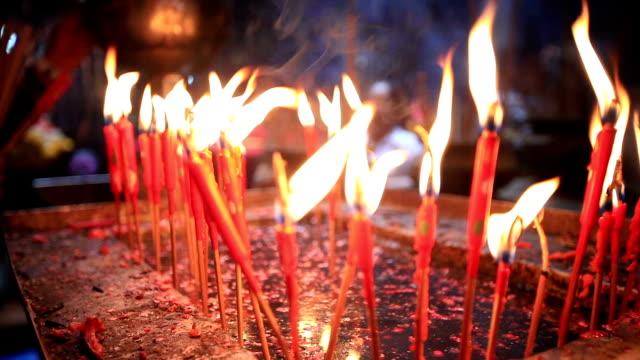 vídeos y material grabado en eventos de stock de hd quemar velas rojo - árboles genealógicos