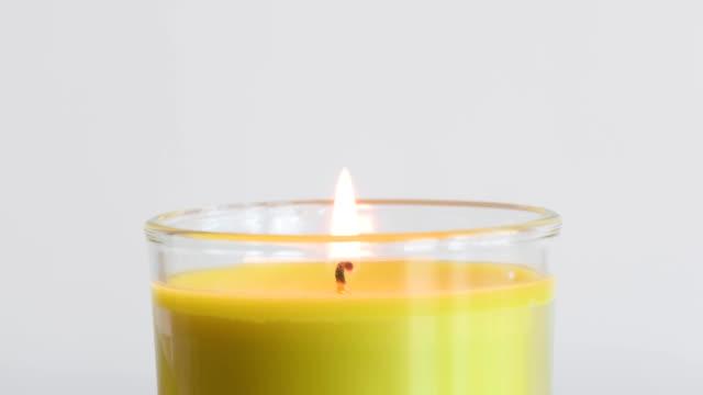 brennende duftende grüne apfel kerze flamme detail - duftend stock-videos und b-roll-filmmaterial