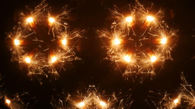 万華鏡を通して線香花火を燃焼 - 万華鏡模様点の映像素材/bロール