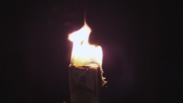 vídeos y material grabado en eventos de stock de quema de pila de dinero - recesión