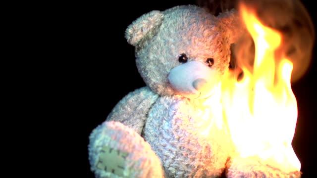 vídeos de stock e filmes b-roll de burning teddy em câmara lenta - teddy bear