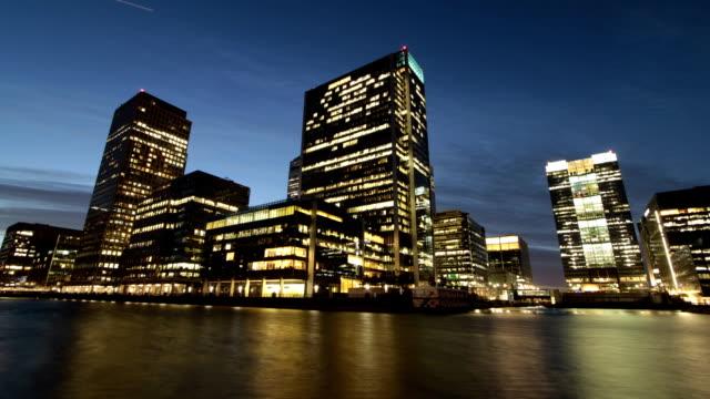 arbeiten bis spät in die nacht in der londoner financial district - langzeitbelichtung videos stock-videos und b-roll-filmmaterial