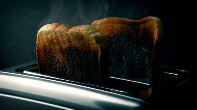 vídeos de stock e filmes b-roll de burning toast in toaster - burned cooking