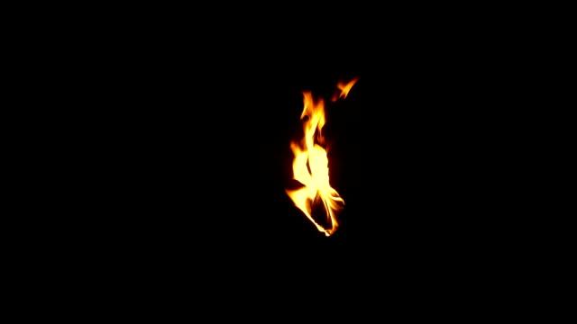 vídeos de stock, filmes e b-roll de queimando a tocha no escuro - elemento de composição - fogo