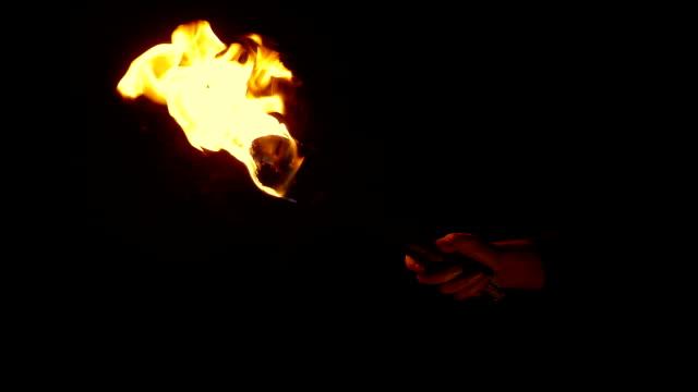 brinnande fackla hålls upp och slocknar sedan - ljus på grav bildbanksvideor och videomaterial från bakom kulisserna