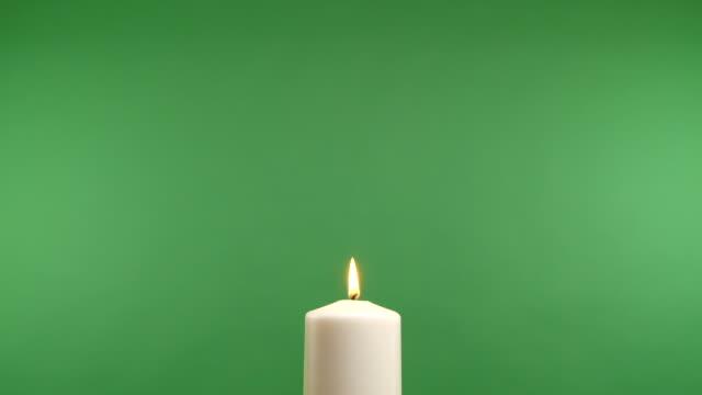 vídeos y material grabado en eventos de stock de ardiente vela blanca en una pantalla verde - advent